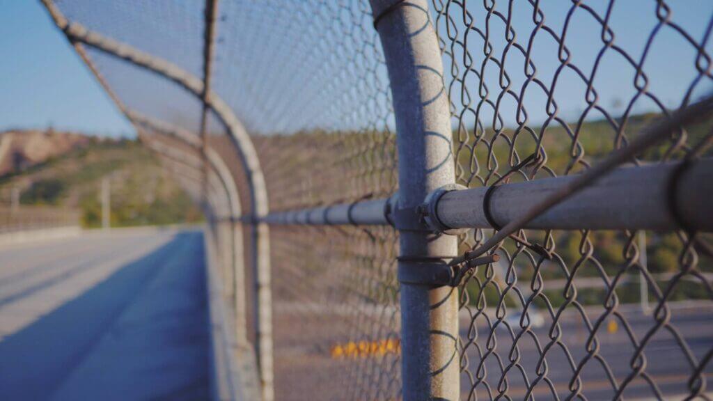 Alambrado de frontera / Este articulo habla sobre la preocupacion por la falsa informacion difundida en