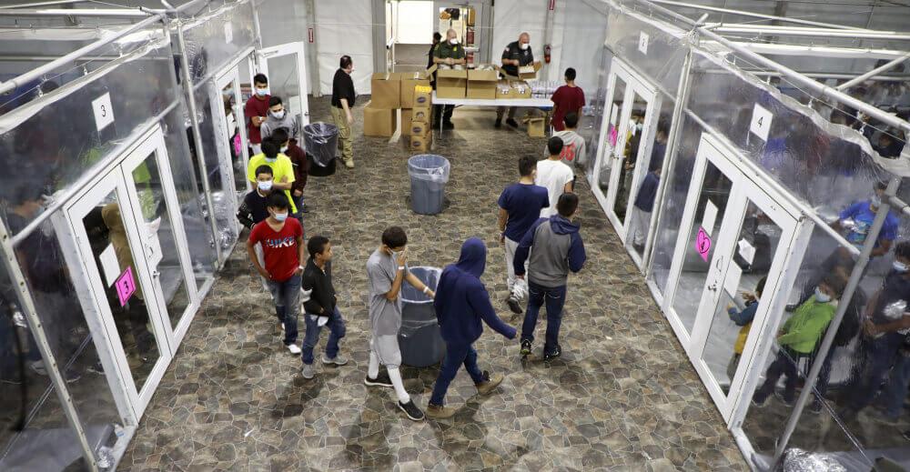 Imagen oficial difundida por la CBP que muestra como circulan los niños migrantes detenidos en la instalación de Donna, Texas.