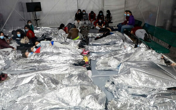 Imagen oficial difundida por la CBP que muestra como duermen los niños migrantes detenidos en la instalación de Donna, Texas.