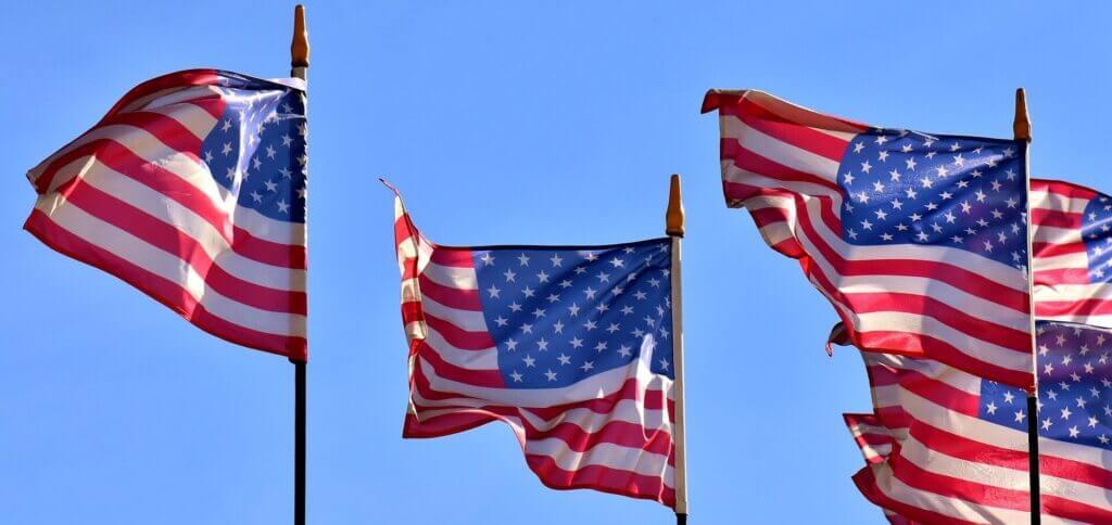 Banderas de Estados Unidos - Este artículo habla acerca de la propuesta de reforma migratoria de los republicanos llamada Visa Dignidad.