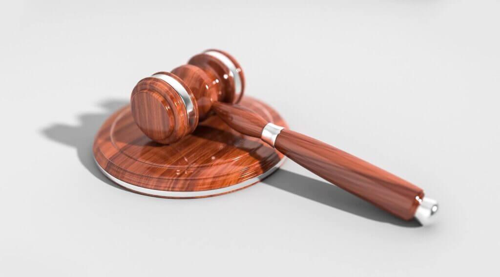 Martillo de Juez - Este artículo habla acerca del fin de la carga pública para los migrantes.