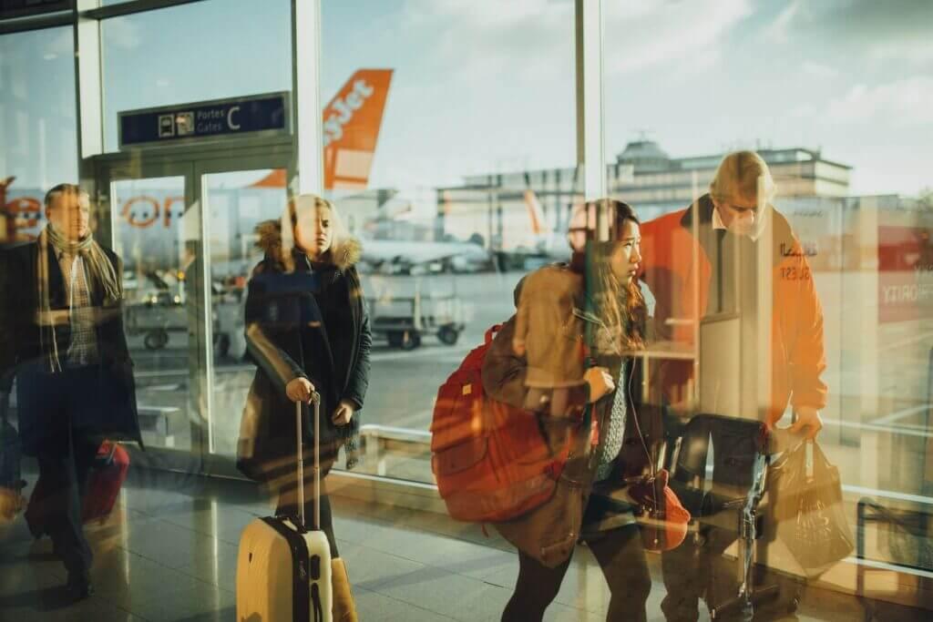 La imagen muestra a personas caminando en un aeropuerto - El gobierno anunció un aumento del número de visas temporales para trabajar en Estados Unidos