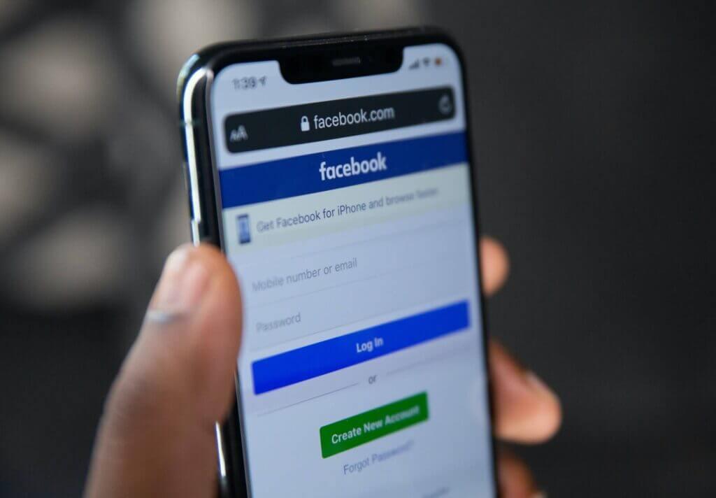 Celular con la app Facebook abierta - Este artículo habla acerca de la desinformación enviada por los coyotes en la frontera de México.