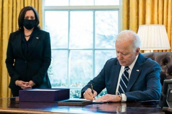 Mientras espera la aprobación de la Reforma Migratoria de Biden, la Casa Blanca lanza un nuevo plan de medidas migratorias. La foto es del presidente Biden en su despacho.