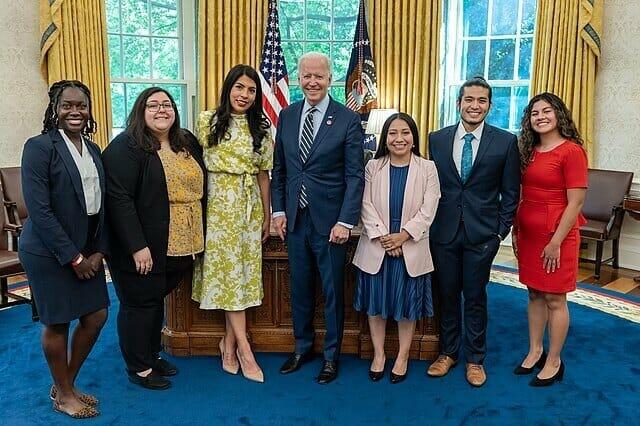 En esta nota informamos sobre los derechos de quienes tienen permiso de trabajo DACA. La imagen es del presidente Biden junto a un grupo de Dreamers en el mes de Mayo.
