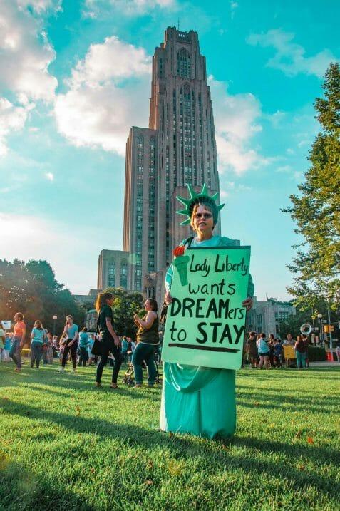 En esta nota informamos sobre los derechos de quienes tienen permiso de trabajo DACA. La imagen es de una manifestación a favor de los Dreamers.