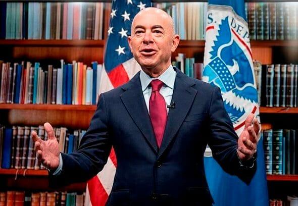 Mientras espera la aprobación de la Reforma Migratoria de Biden, la Casa Blanca lanza un nuevo plan de medidas migratorias. La foto es del Secretario de Seguridad, Alejandro Mayorkas.