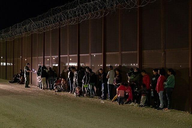 La nota es sobre el cierre de frontera México Estados Unidos. La imagen es de un control migratorio en la frontera.