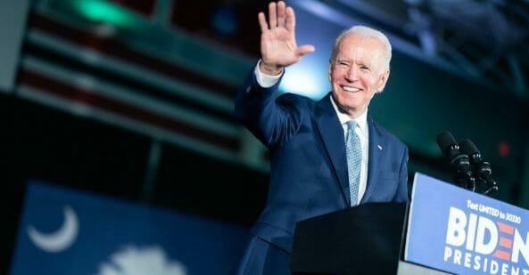 Esta nota informamos que por primera vez se podrán sacar en un solo paso la tarjeta verde y el número de seguro social USA. La foto es del presidente Biden.