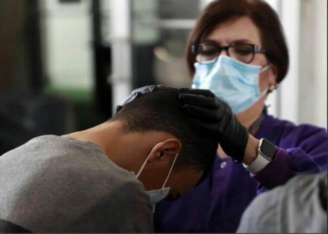 Nota sobre la decisión de USCIS de extender de dos a cuatro años la validez del examen médico de inmigración para la tarjeta verde. La imagen es ilustrativa.