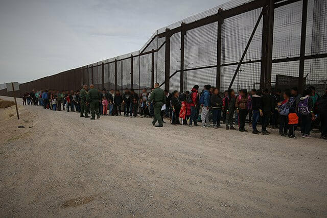Nota sobre la decisión de la Corte Suprema de reactivar el programa Permanecer en México. La foto es del muro fronterizo.