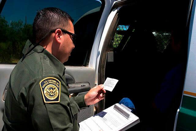 Nota sobre el aumento de la deportación rápida en la frontera. La foto es de un agente de la Patrulla Fronteriza.
