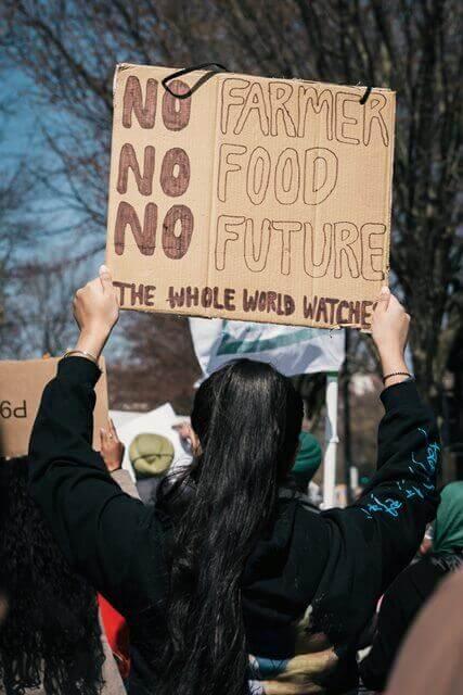 Esta nota es sobre el apoyo de los líderes empresariales a la Reforma Migratoria de Biden. La imagen es de una manifestación en apoyo a los trabajadores agrícolas.