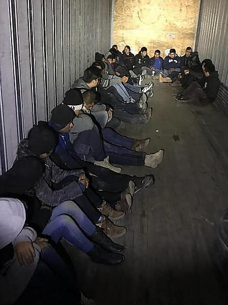 La nota es sobre la urgencia de sancionar nuevas leyes de inmigración. La imagen es de inmigrantes indocumentados en la frontera.