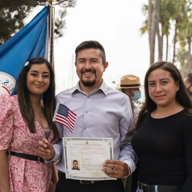 La nota explica cómo hacerse ciudadano americano. La imagen es de una ceremonia de naturalización en 2021.