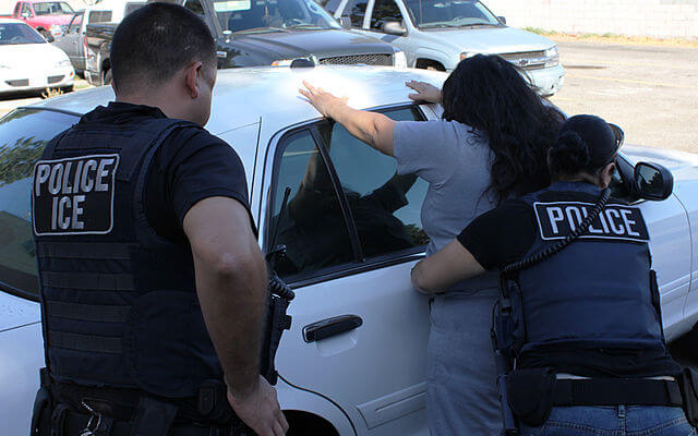 Nota informando las nuevas prioridades de deportación. La imagen es de agentes de ICE.